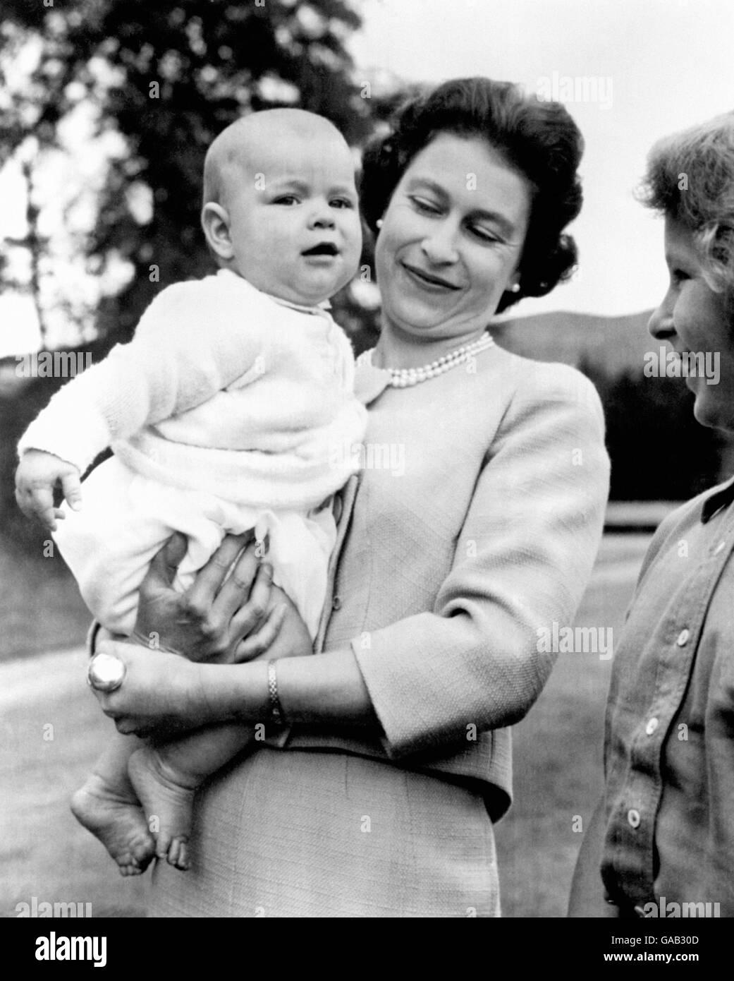 la-reina-que-sostiene-al-principe-andres-durante-una-excursion-en-los-terrenos-de-balmoral-escocia-donde-la-familia-real-esta-de-vacaciones-gab30d.jpg