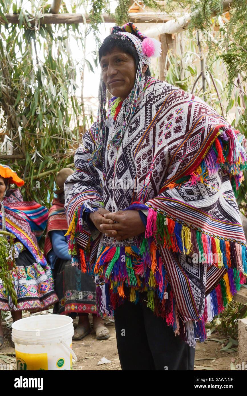 El hombre peruano nativo vistiendo un poncho tejidas a mano y un chollo -  gorro de punto con orejeras f7ee0b00173