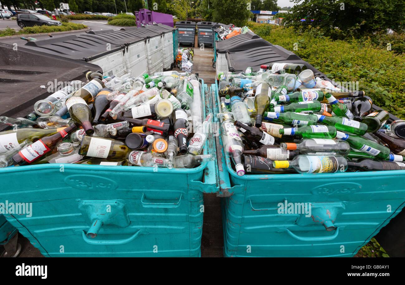 Frasco de vidrio reciclado desbordante banco en Winchester, Reino Unido Imagen De Stock