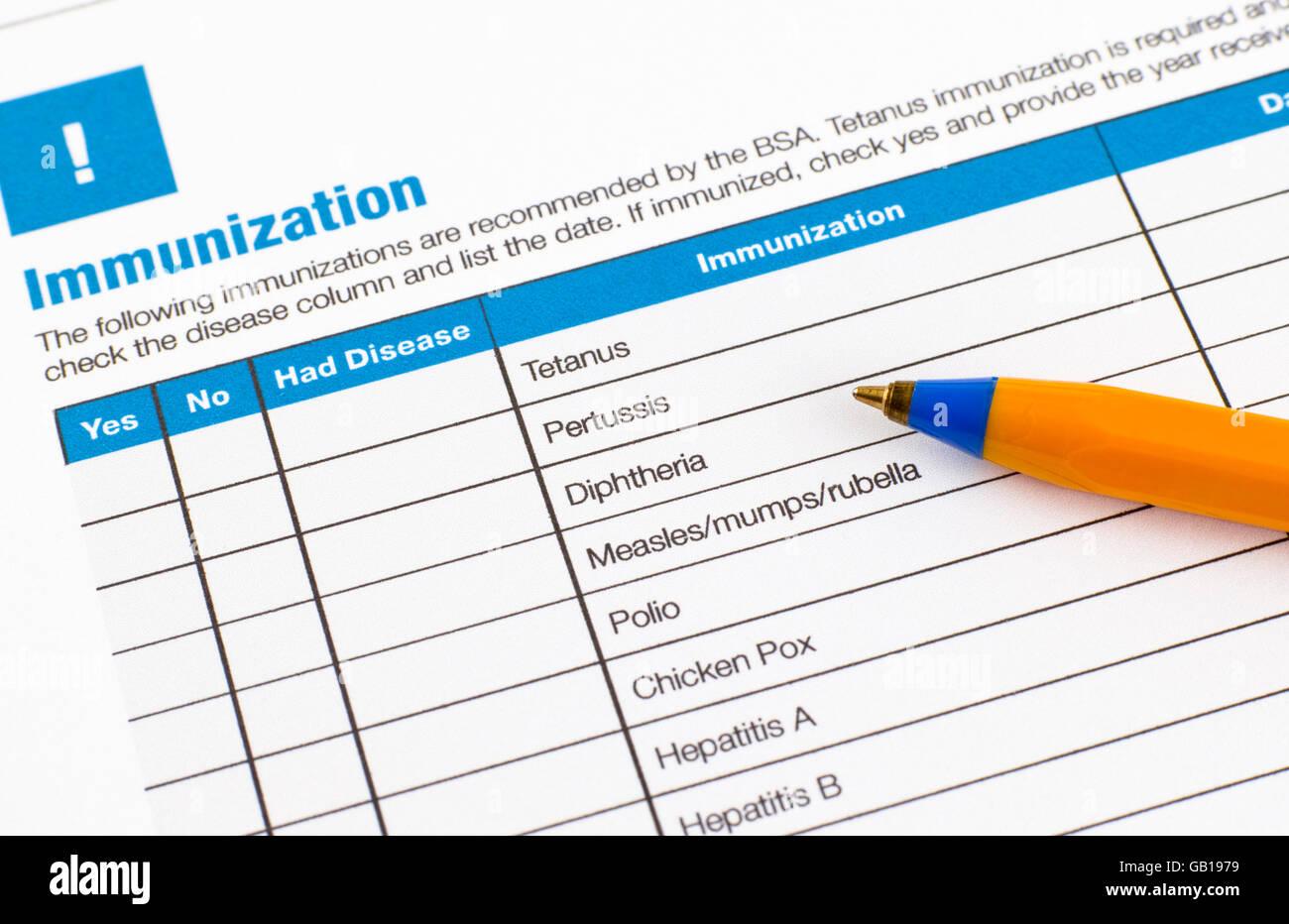 Formulario de solicitud de inmunización y bolígrafo. Imagen De Stock