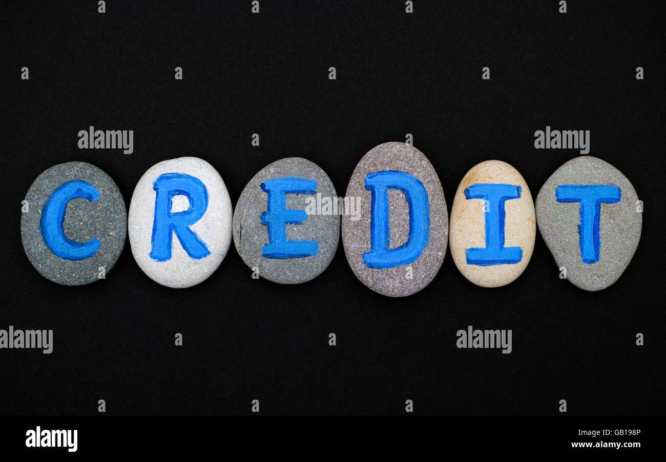 Crédito Word deletrear de piedras con letras azules sobre fondo negro. Cartas dibujadas por mí Imagen De Stock