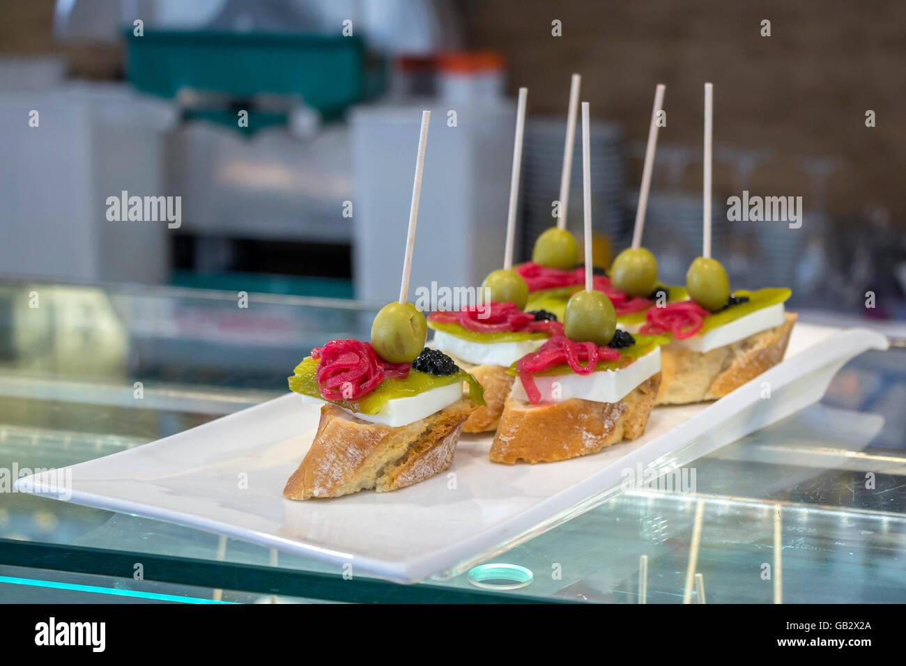 Pintxos tapas o canapés españoles famosos parte finger food Imagen De Stock