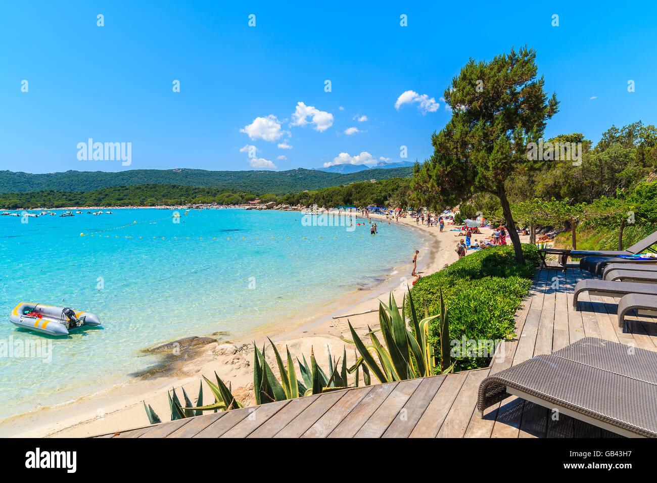 Hamacas En La Terraza De Madera Con Vistas A La Playa De