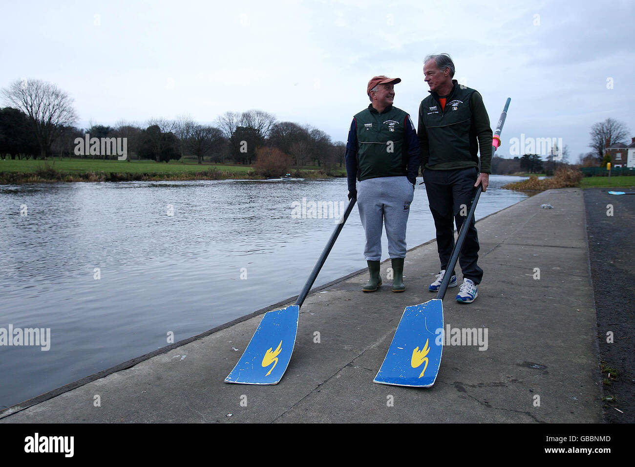 Embajadores practicar remo en el Liffey Foto de stock