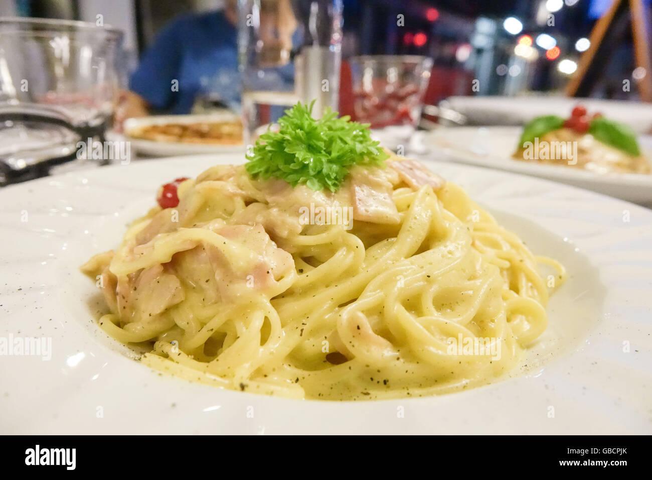 Los Espaguetis Carbonara - comida italiana en una pizzería Imagen De Stock