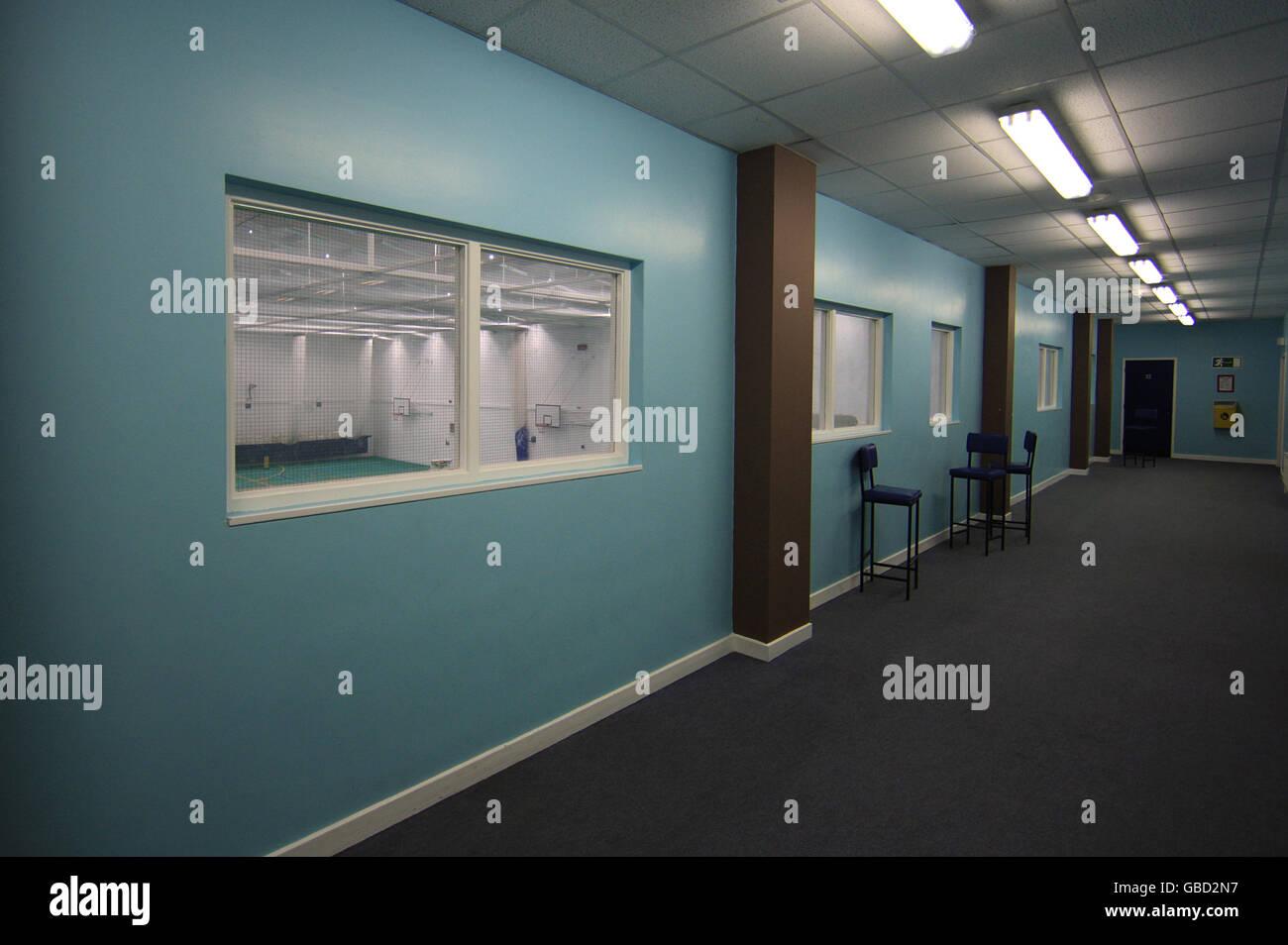 Vista general del pasillo en el verdoso Pemberton Surrey Academia Foto de stock
