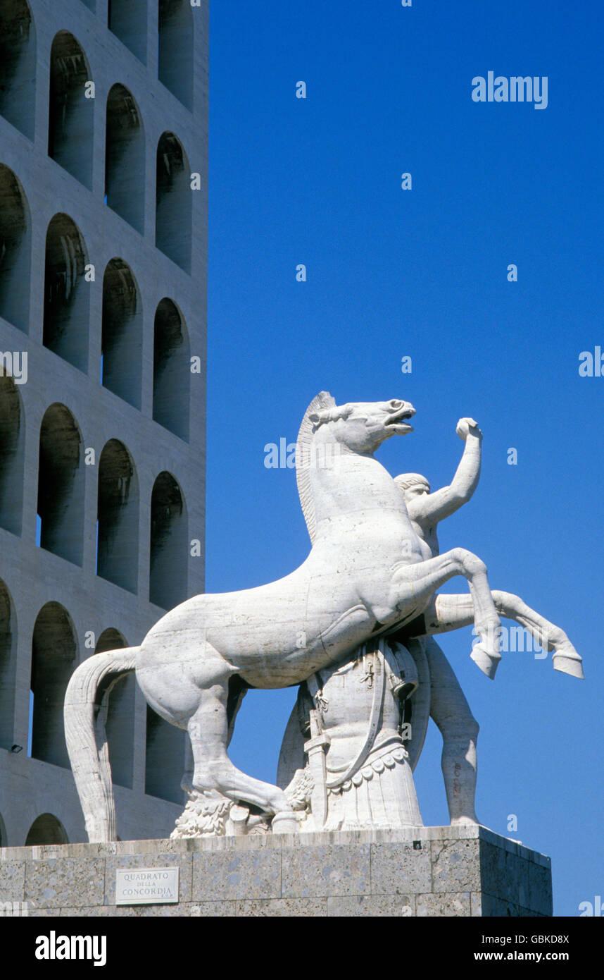 Escultura enfrente del Palazzo della Civilta Italiana, el Palacio de la Civilización Italiana en el barrio Imagen De Stock