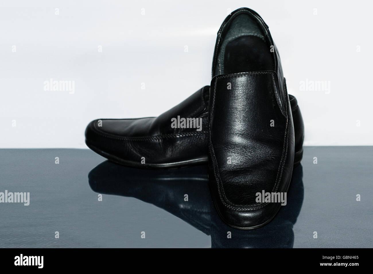 f8a1620daa Los hombres zapatos de cuero negro aislado sobre un fondo blanco y gris.  Imagen De