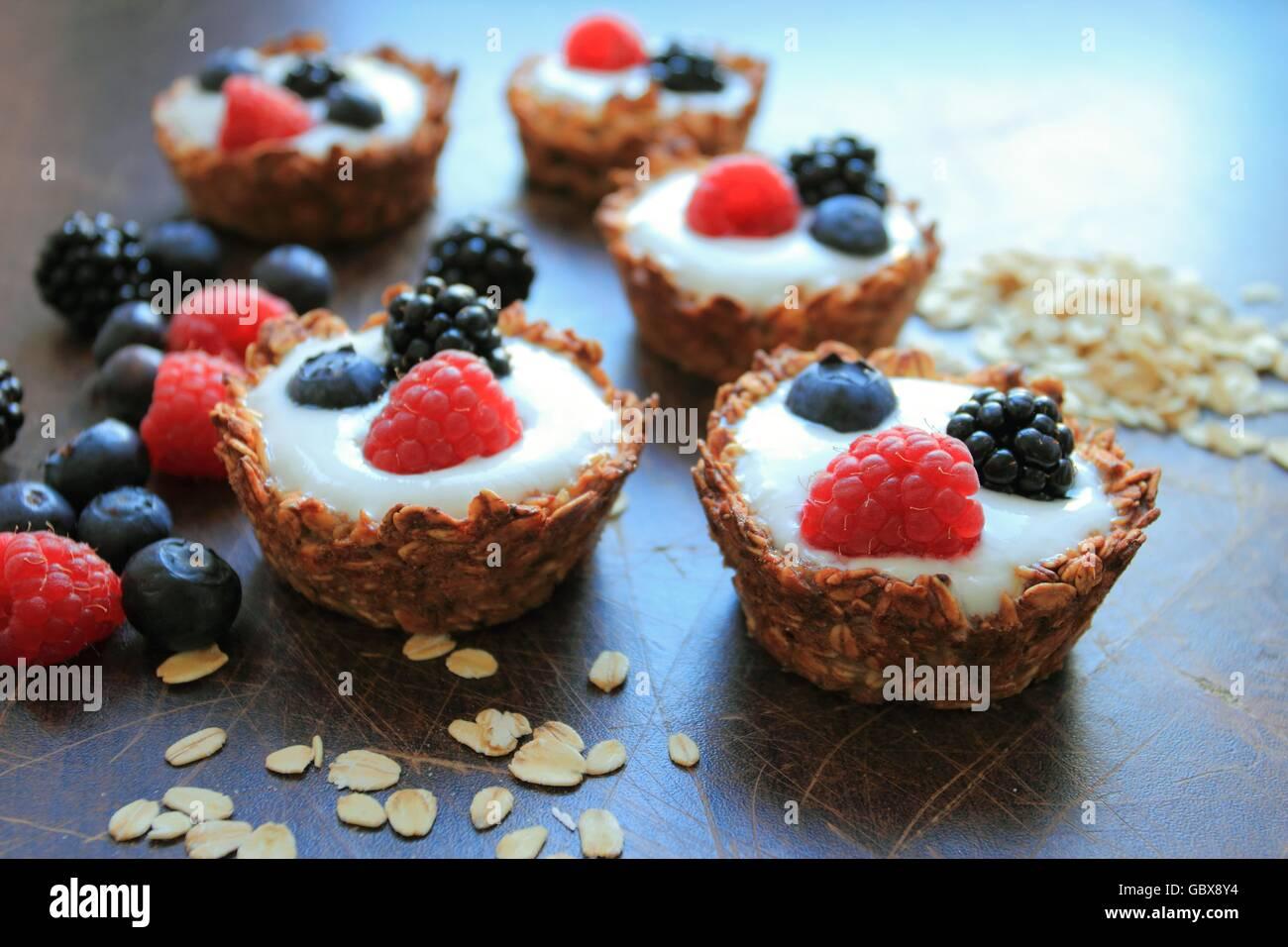 Tartas caseras con avena, cereales y fruta Imagen De Stock