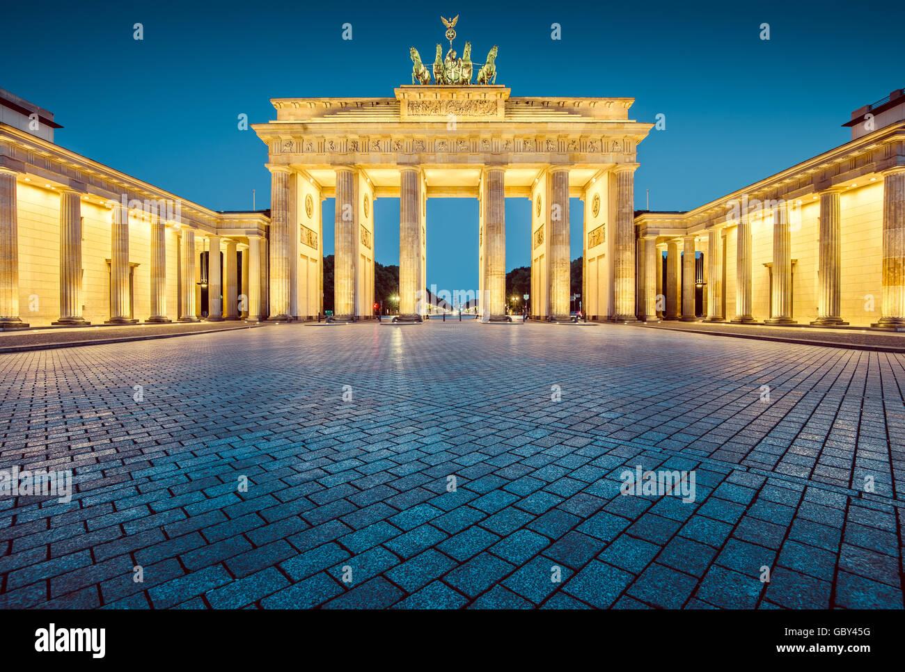 Vista clásica de la famosa Puerta de Brandenburgo en penumbra, el centro de Berlín, Alemania Imagen De Stock