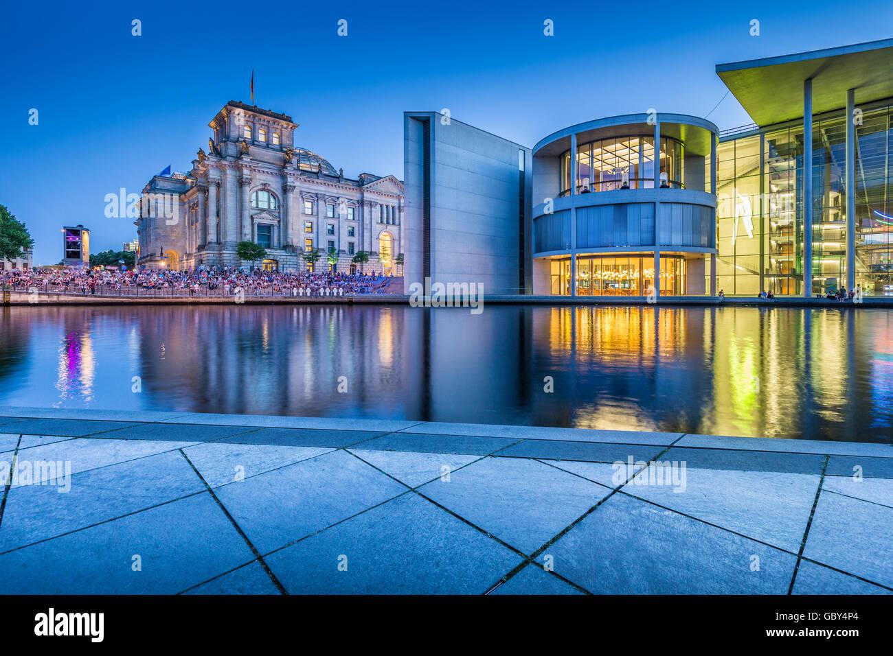 Vista clásica del moderno distrito gubernamental de Berlín con el famoso edificio Reichstag y Paul lóbulo Imagen De Stock
