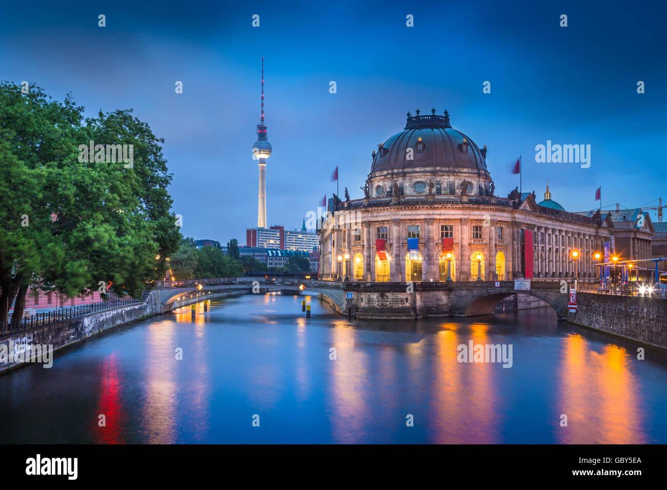 Hermosa vista de Berlín histórica Museumsinsel con la famosa torre de TV y el río Spree en penumbra Imagen De Stock