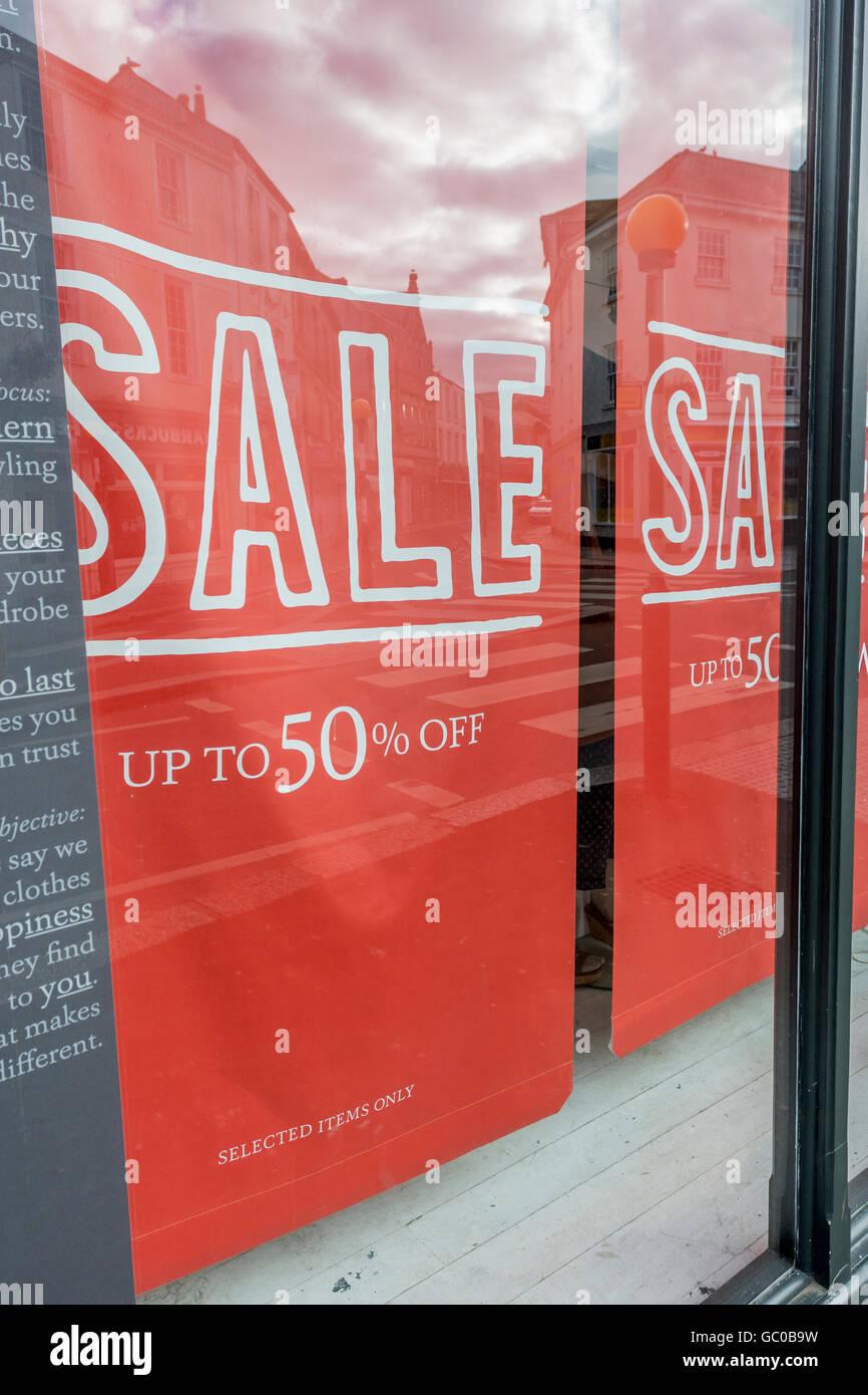 Hight street / ventas / ventas minoristas concepto la confianza de los consumidores. A mitad de precio, una señal. Imagen De Stock