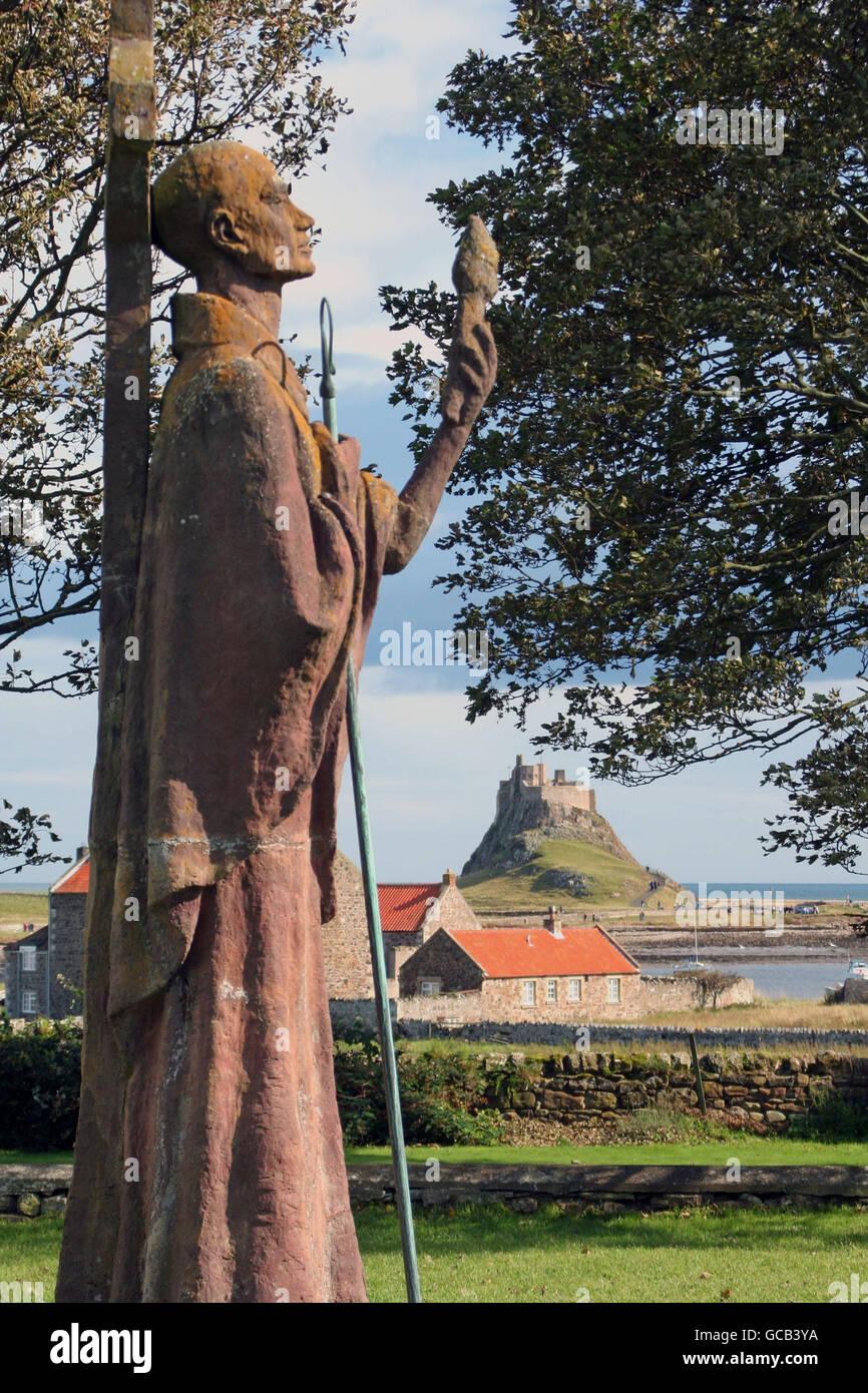 Estatua de San Aidan Apóstol de Northumbria y Lindisfarne Castle Foto de stock