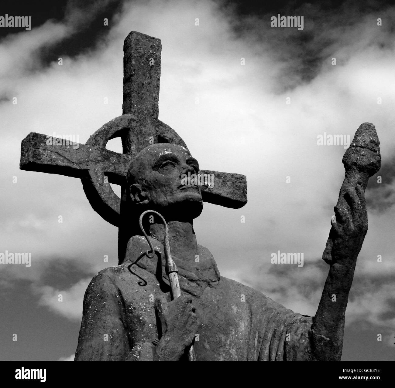 Estatua de San Aidan Apóstol de Northumbria en blanco y negro Foto de stock
