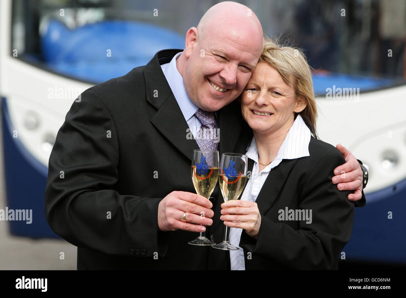 El conductor del autobús Kevin Halstead y su socio Josephine Jones en Shaw Hill Golf and Country Club en Chorley, Lancashire, después de que Kevin ganó 2,302,668 en la lotería nacional el sábado pasado. Foto de stock