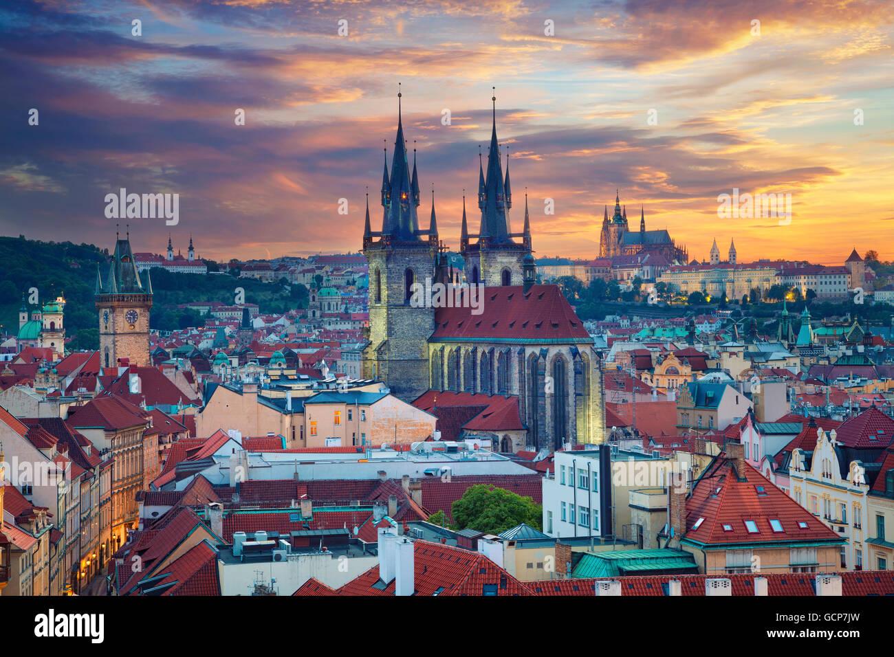 Praga. Imagen de Praga, capital de la República Checa, durante la espectacular puesta de sol. Imagen De Stock