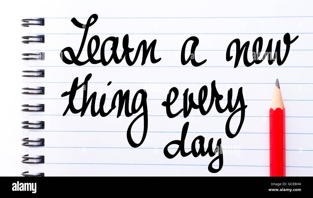 Aprender algo nuevo cada día escrito en la página de un bloc de notas con lápiz rojo a la derecha Imagen De Stock