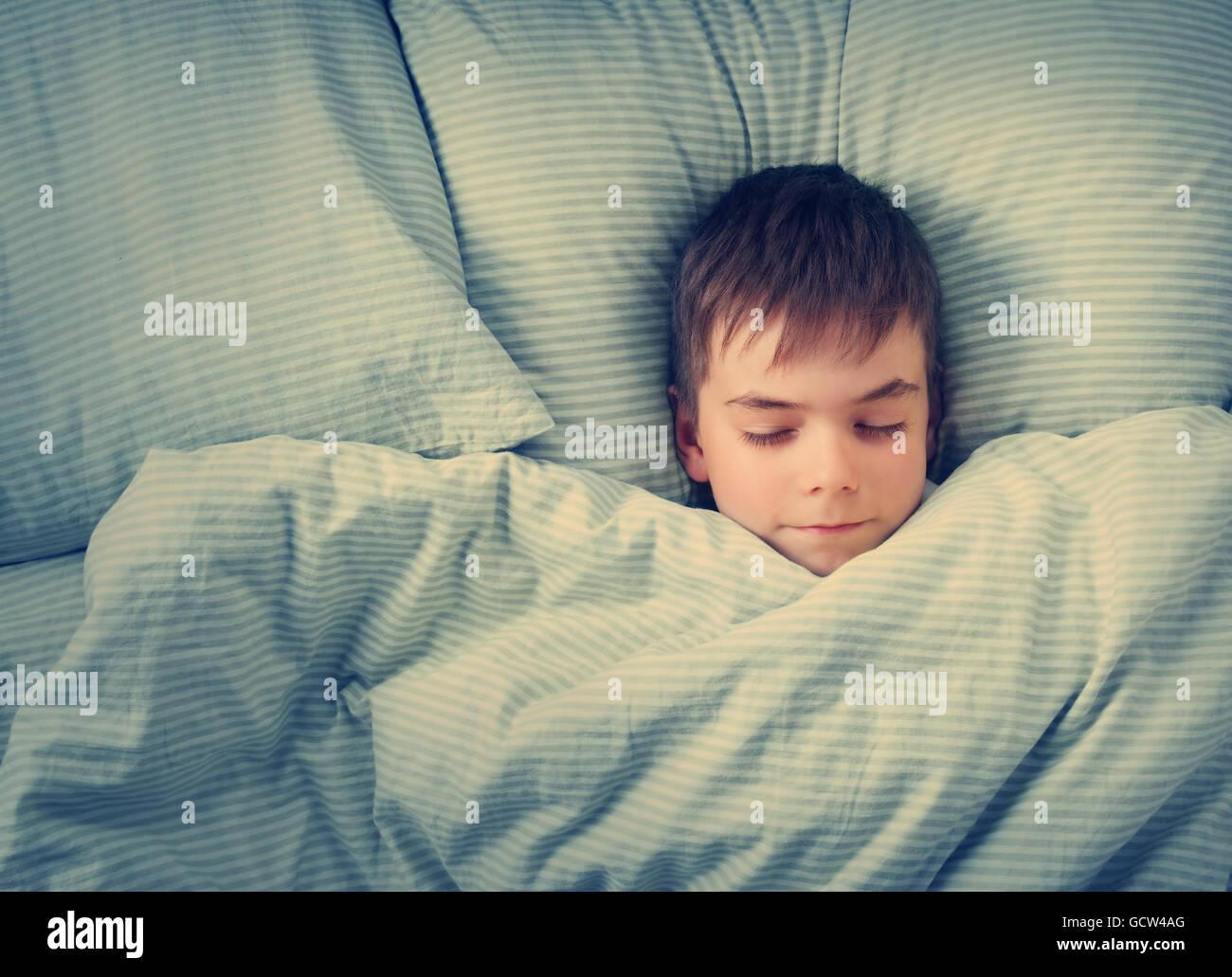 Siete años de edad en la cama Imagen De Stock