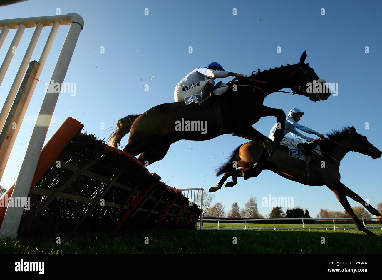 Una visión general del campo saltando en el obstáculo Curso en el hipódromo de Leicester Foto de stock