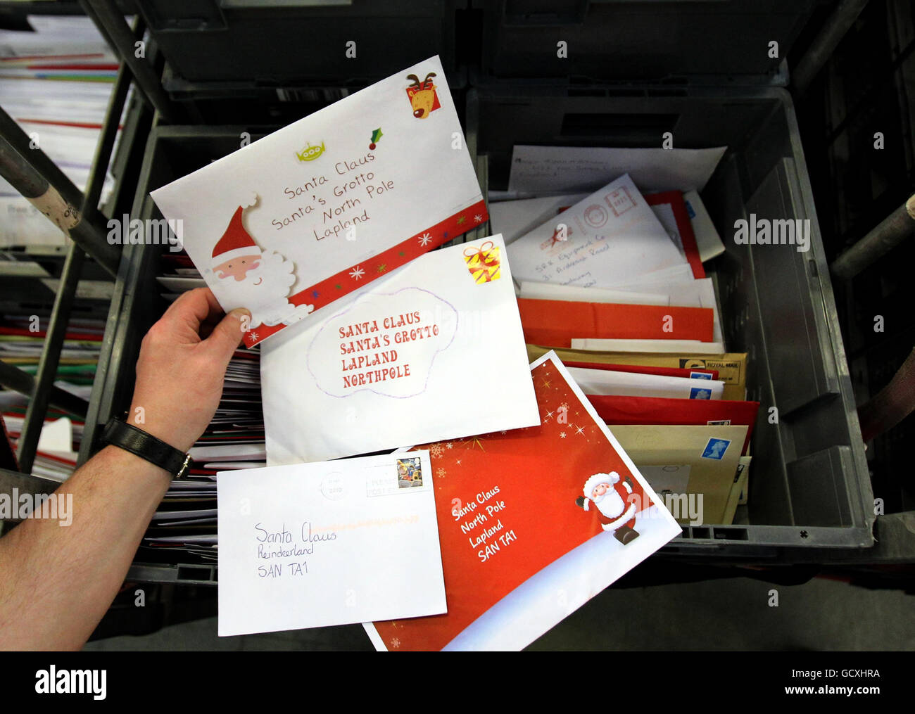 El personal de Royal Mail en la oficina de clasificación de St. Rollox en Glasgow, ya que clasifican el correo en Foto de stock