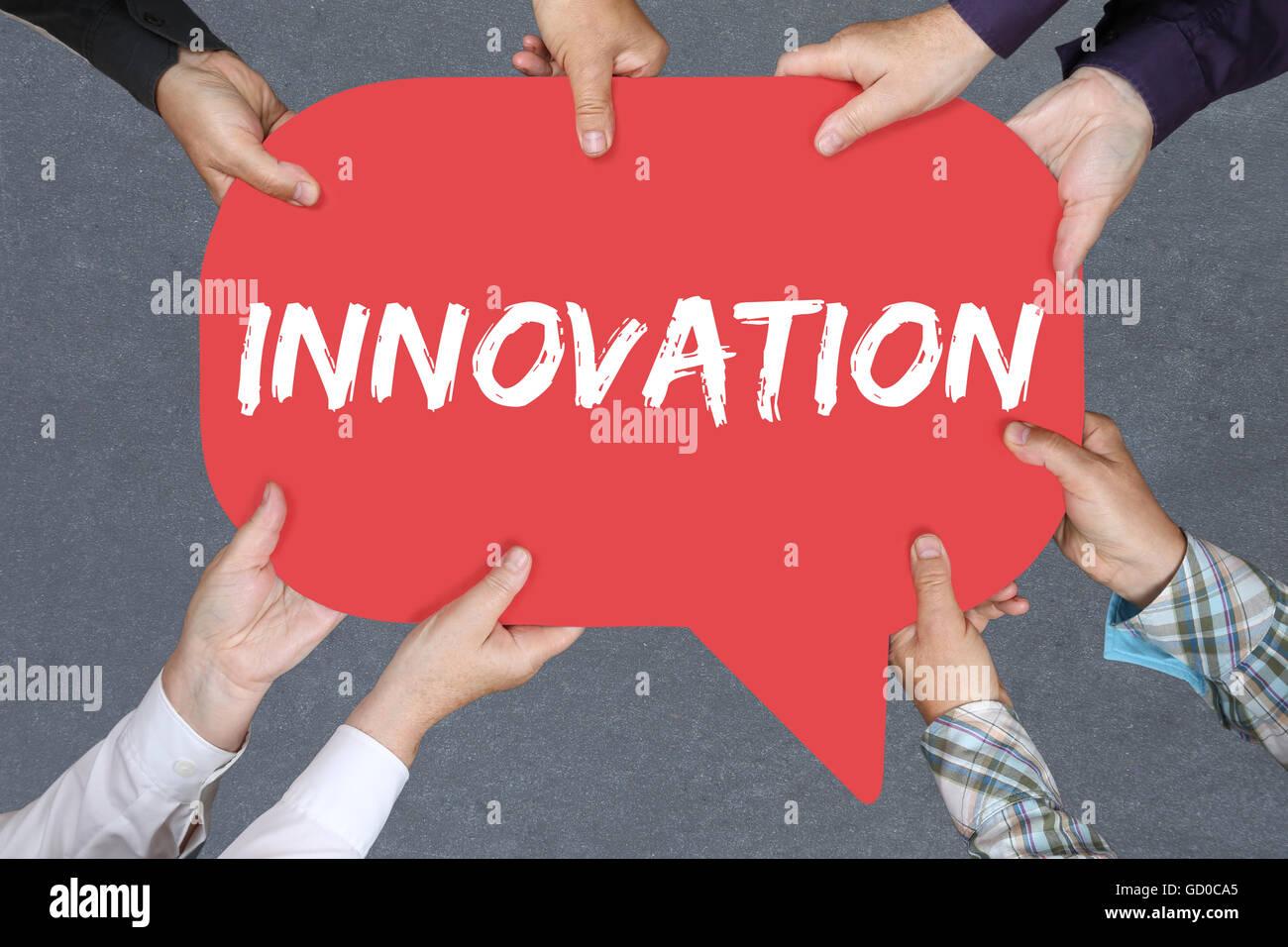 Grupo de personas sosteniendo con las manos la palabra innovación liderazgo idea ganadora de éxito con el concepto Foto de stock