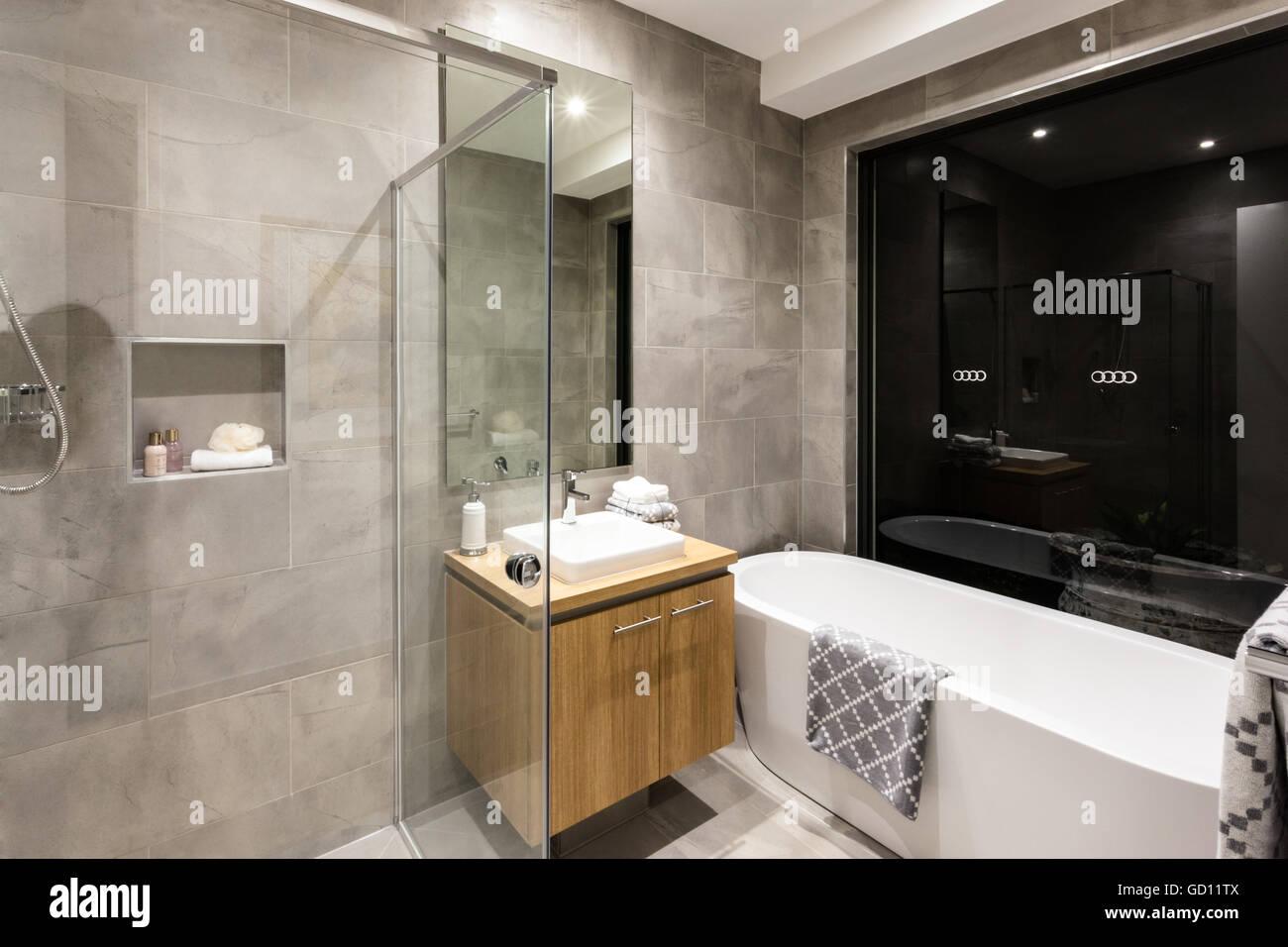Moderno cuarto de ba o con ba era y ducha al lado de un for Cuartos de bano modernos con ducha