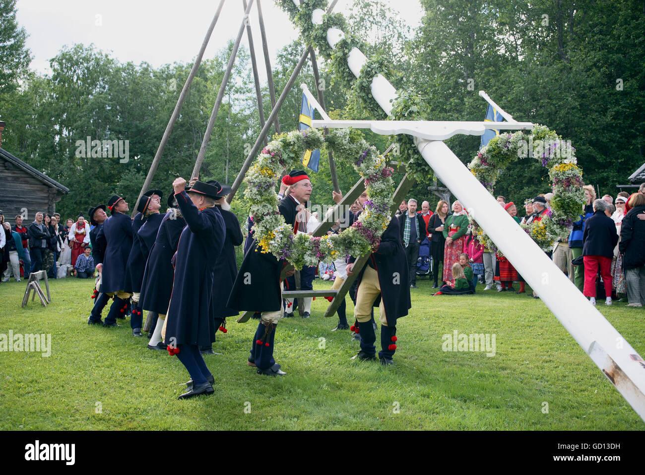 MIDSUMMER personas en trajes preparar las festividades Imagen De Stock