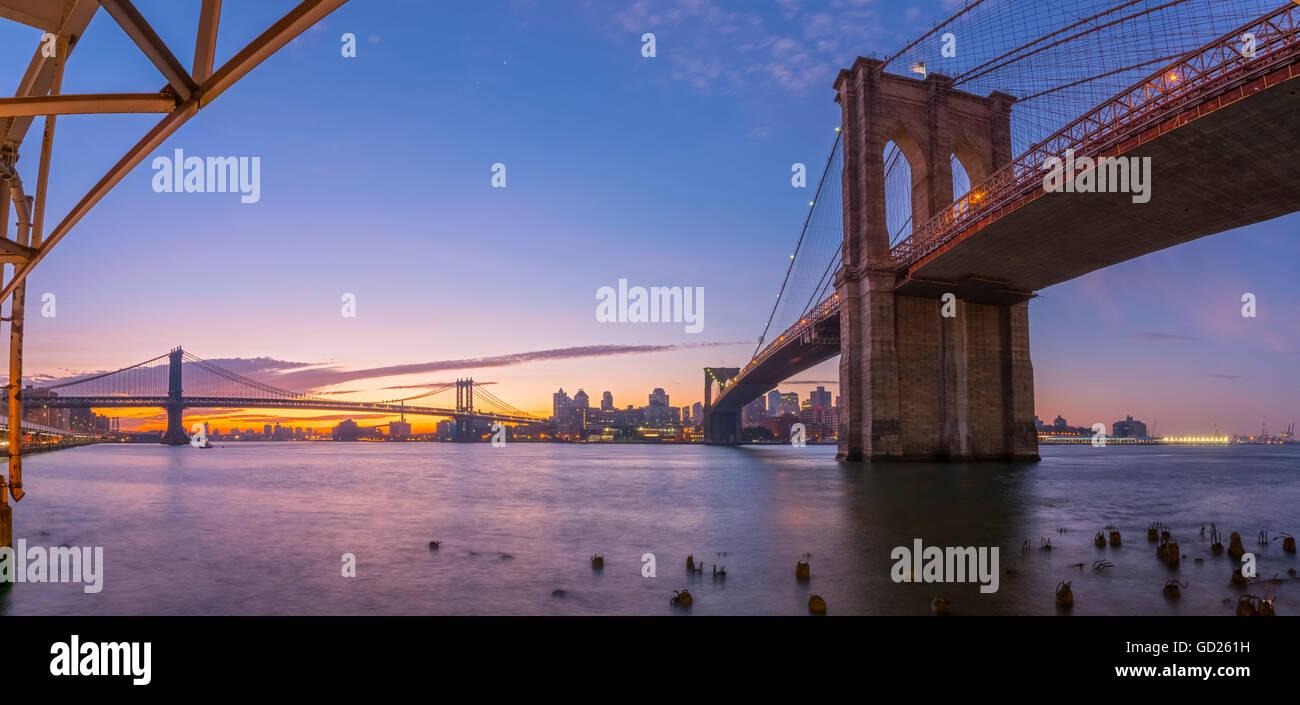 Puente de Brooklyn y Manhattan Bridge más allá, a lo largo de East River, en Nueva York, Estados Unidos Imagen De Stock