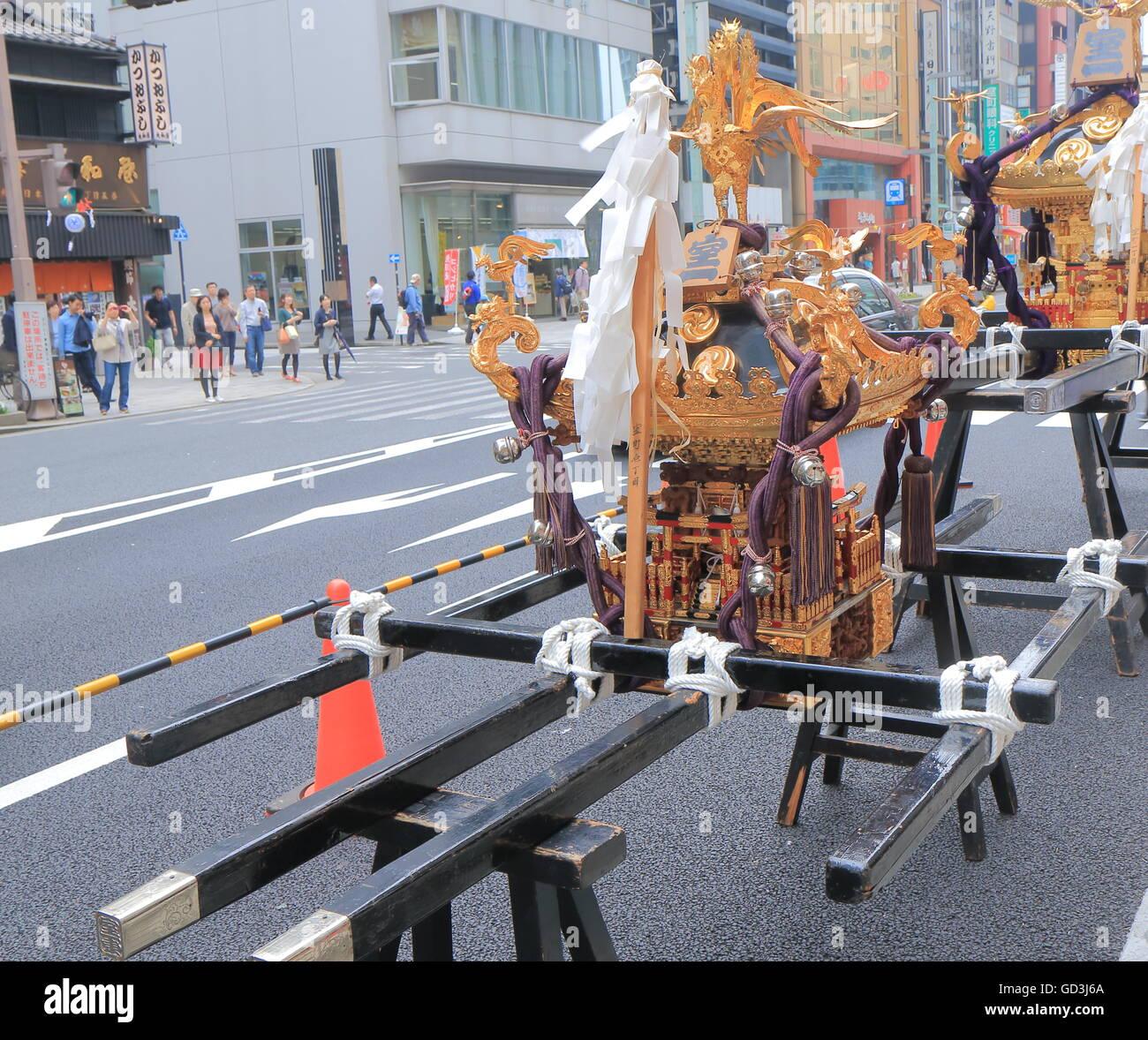 Mikoshi al festival tradicional japonés en Tokio, Japón. Imagen De Stock