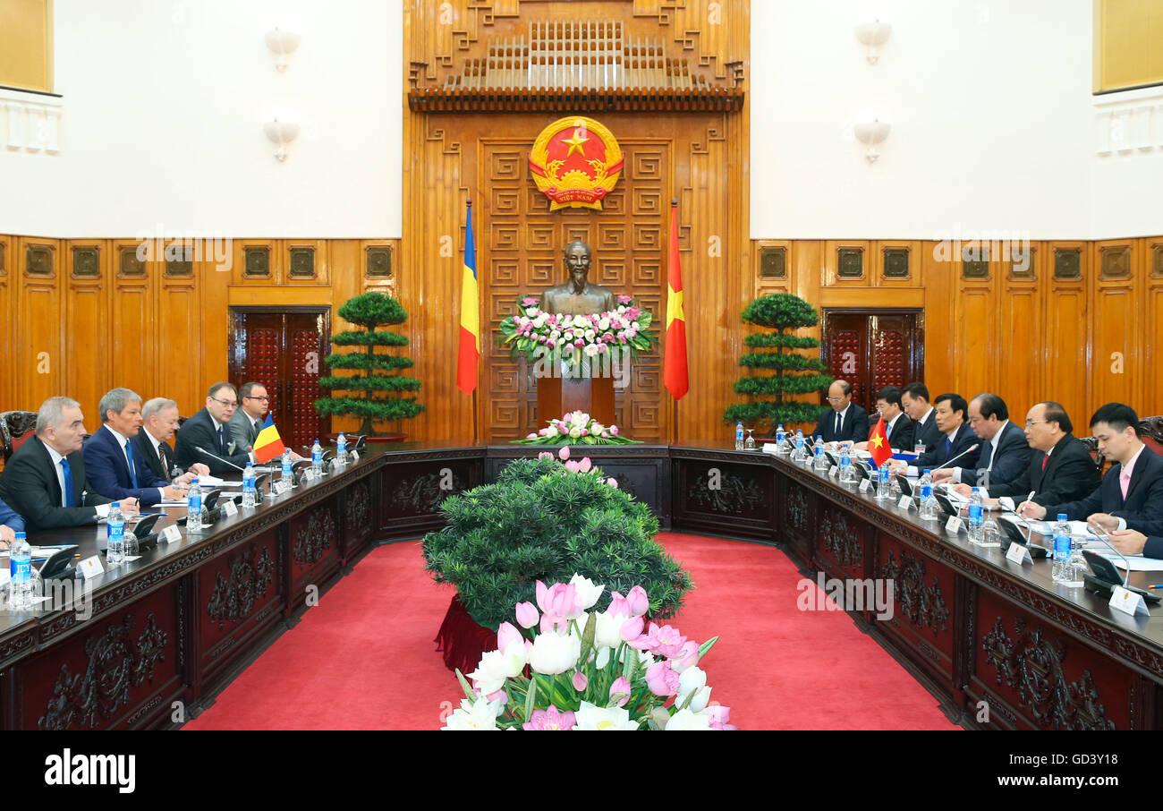 Hanoi, Vietnam. 12 de julio de 2016. Primer ministro vietnamita Nguyen Xuan Phuc (2R) mantiene conversaciones con Foto de stock
