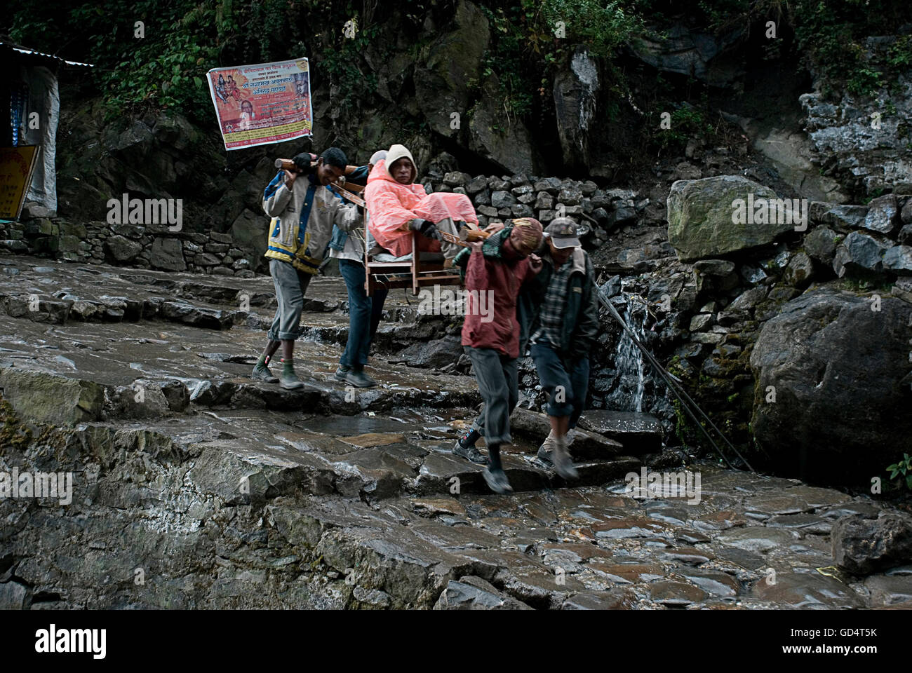 Los peregrinos que se dirigían a Kedarnath Foto de stock