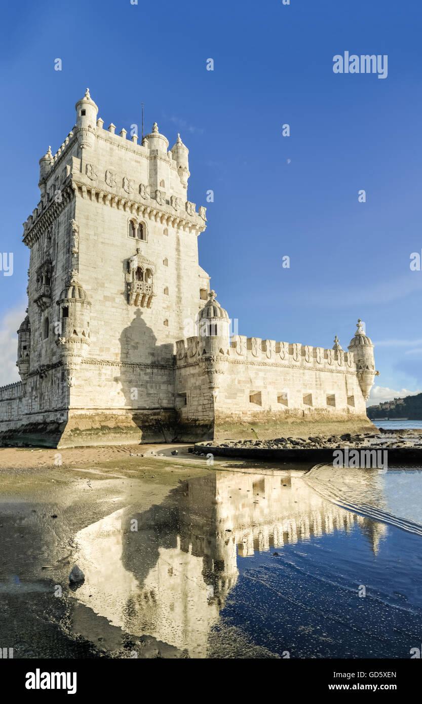 Torre de Belem (Torre de Belém, de estilo manuelino portugués, de estilo gótico tardío). Un Imagen De Stock