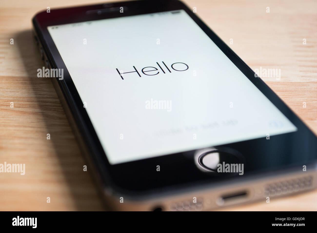 Bangkok, Tailandia - Marzo 23, 2016 : Apple iPhone5s mostrando su pantalla 'hola', cuando el software ha Imagen De Stock