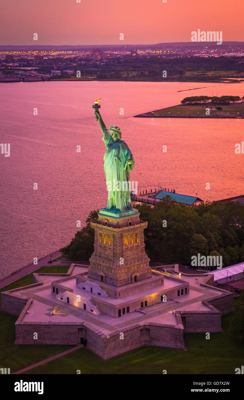 La Estatua de la libertad es una colosal escultura neoclásica en la isla de La Libertad, en el puerto de Nueva York, Foto de stock
