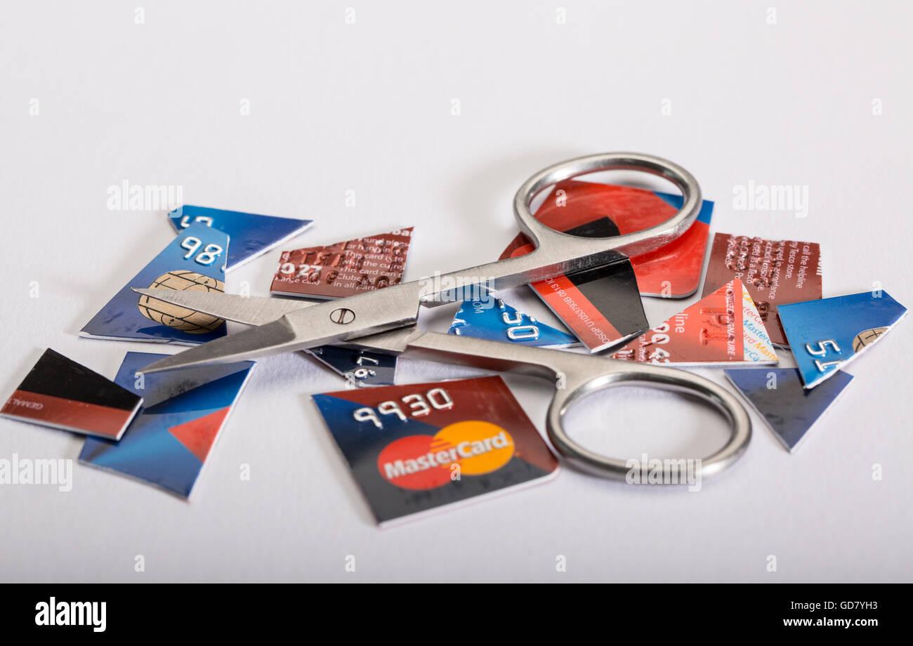 Tarjeta de crédito concepto depart. Imagen de un corte de tarjeta de crédito y un par de tijeras Imagen De Stock