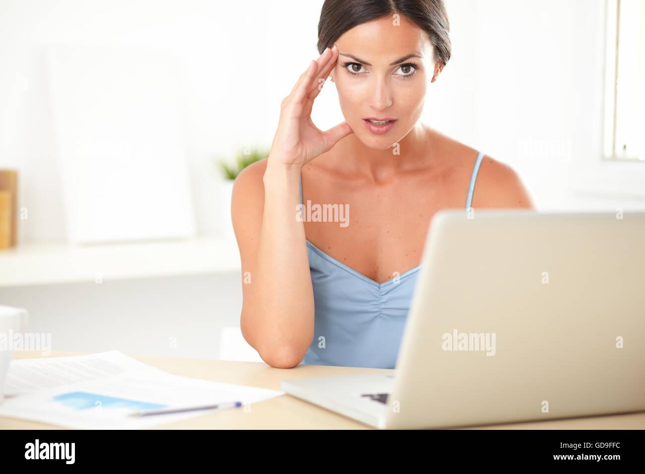 Elegante blusa azul hembra en sensación de tirantez en el trabajo Imagen De Stock