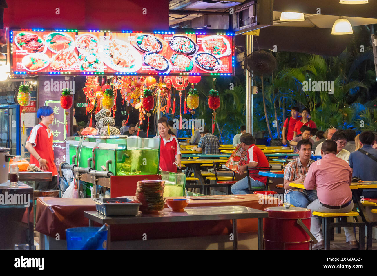 60's Old Street Asian Food Court y jardín de la cerveza en la noche, Cavenagh Road, zona central, Singapur Imagen De Stock