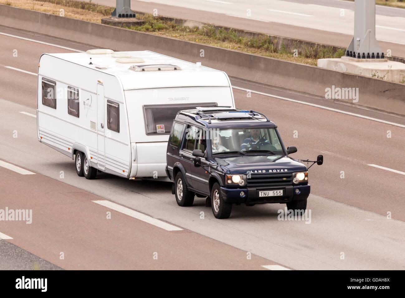 Land Rover Discovery Remolcando Una Caravana Foto Imagen De Stock