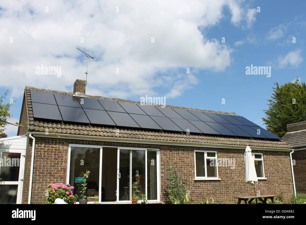 Los paneles solares, bungalow, techo solar, cuatro marcas, Hampshire Imagen De Stock