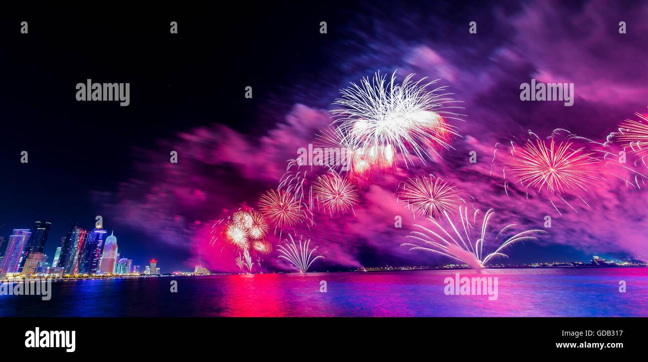 Los fuegos artificiales del Día Nacional de Qatar. Imagen De Stock