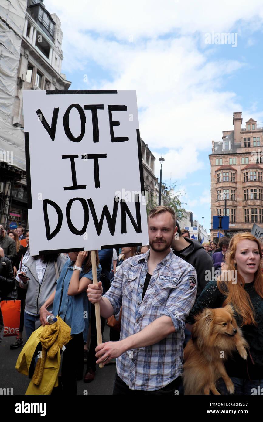 """'March para Europa"""" siendo votante manifestante en multitud tiene """"Voto abajo' demo cartel en Imagen De Stock"""