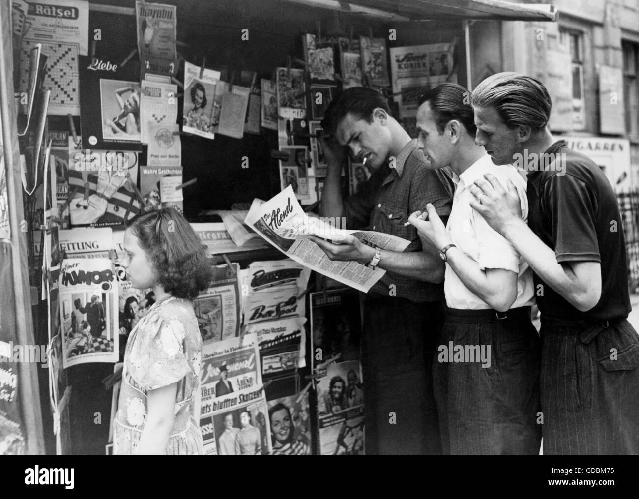 Kreische, Hans, 7.12.1922 - 2002, atleta alemán (futbolista), de media longitud, con Horst Seifert, Kurt Jungnickel, leyendo 'ser Abend, Berlín, alrededor de 1950, Foto de stock