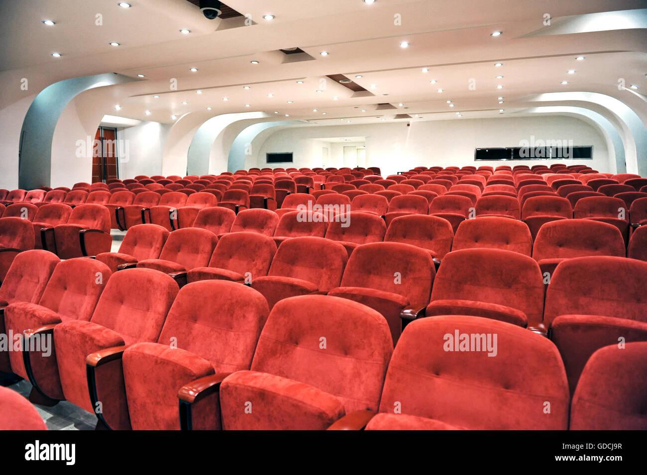 Filas de asientos rojos vacíos para los espectadores en un auditorio, cine o lugar de entretenimiento, vistos Imagen De Stock