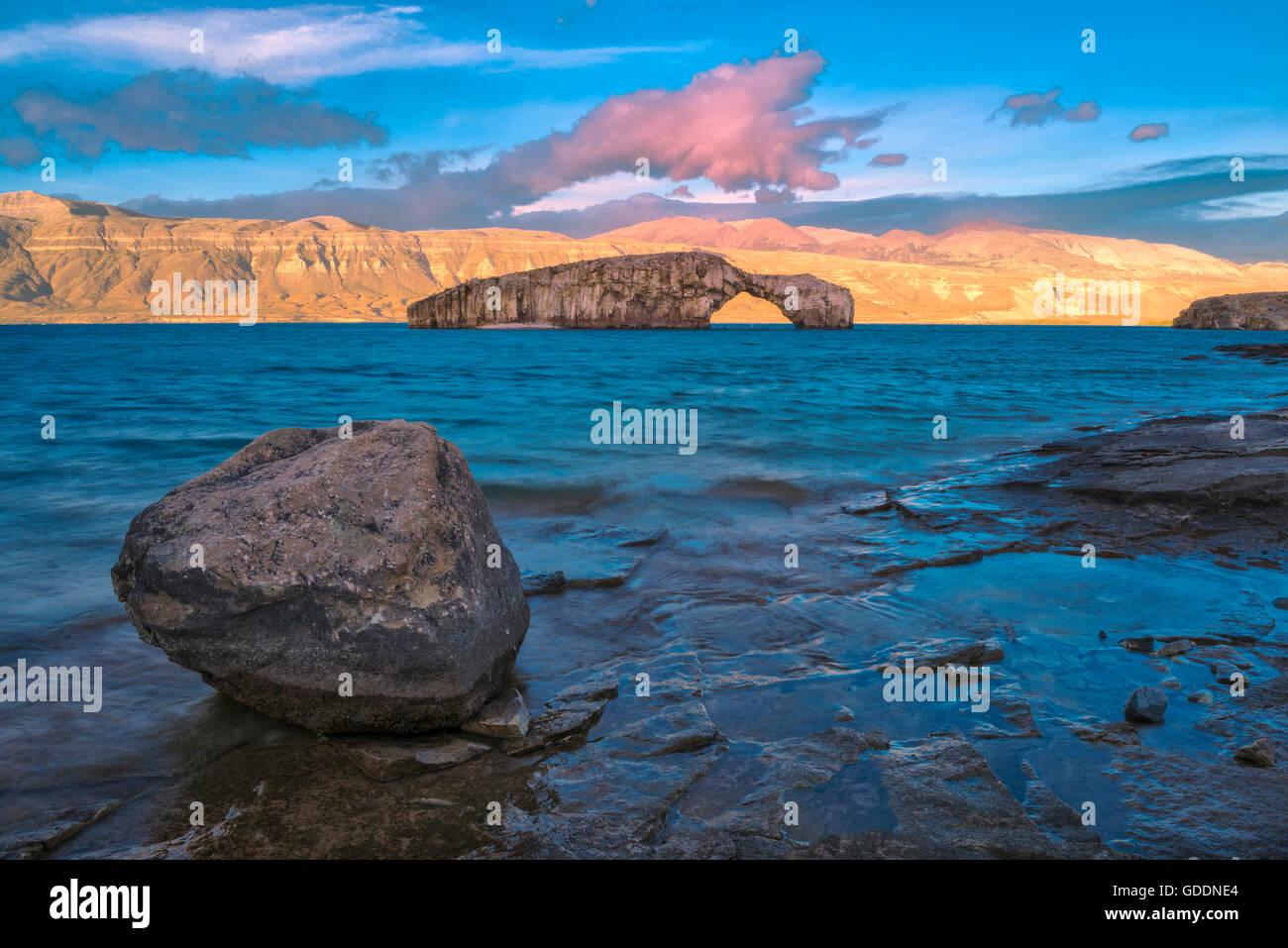 América del Sur,Patagonia,Argentina,Lago Posadas,arco de roca en Lago Puyrredon, Imagen De Stock