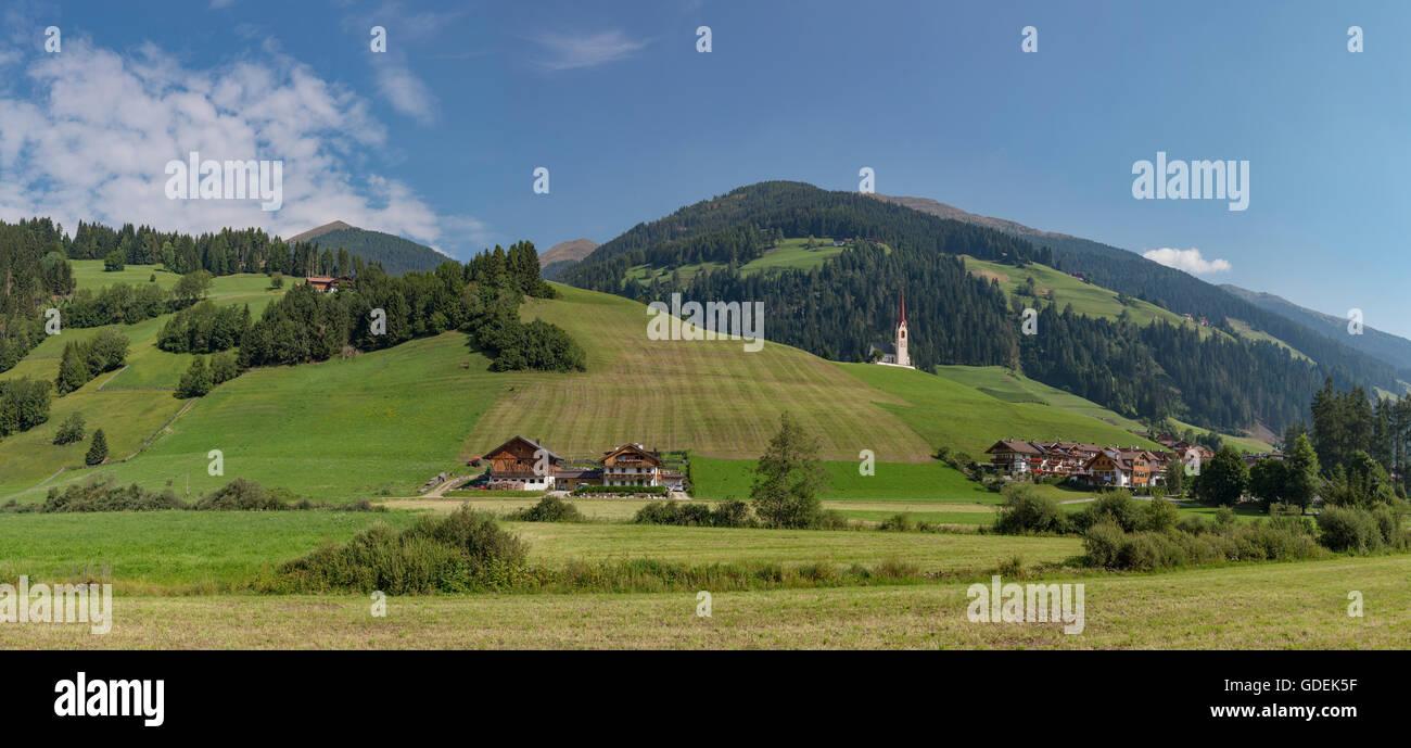 Winnebach,Austria,aldea agrícola con una iglesia en una colina en el valle Puster Imagen De Stock