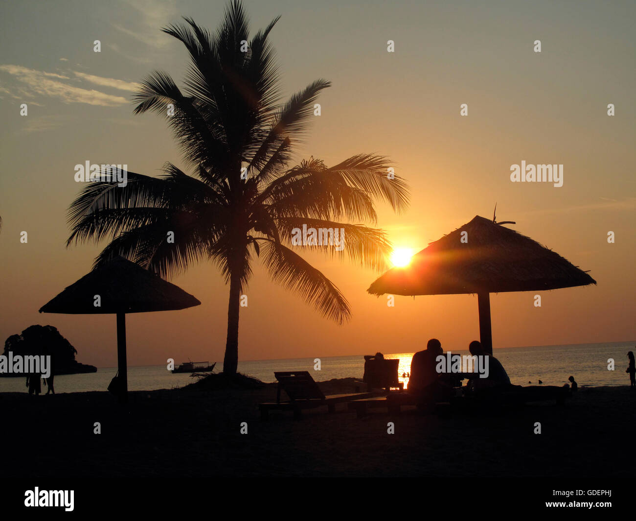 Sunset, el Berjaya Beach, Golf & Spa Resort, La isla de Tioman, Malasia / sombrilla Foto de stock
