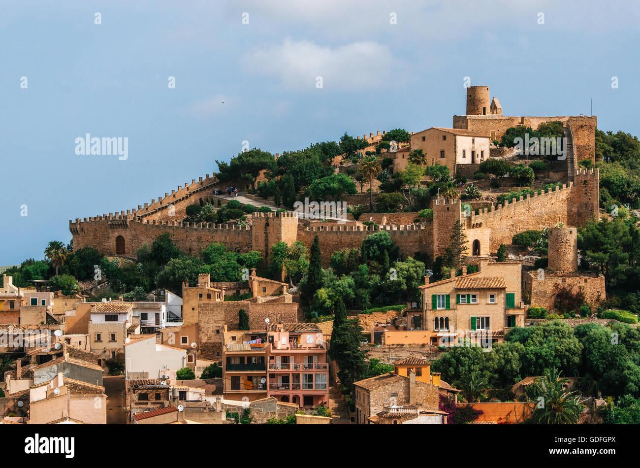 El castillo de Capdepera, en la verde colina en la isla de Mallorca, España. Hermoso paisaje con arquitectura Imagen De Stock