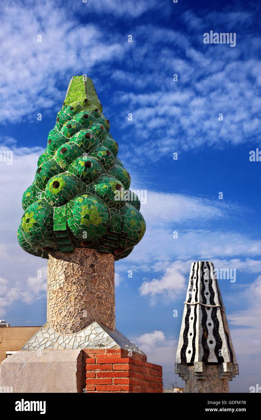 Peculiar 'jardín' en el techo del Palau Güell (arquitecto Antoni Gaudí), el Raval, Barcelona, Imagen De Stock