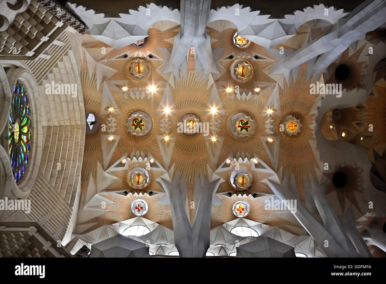 """En el interior de la Sagrada Familia, obra maestra del arquitecto Antoni Gaudí y la """"marca"""" de Barcelona, Imagen De Stock"""